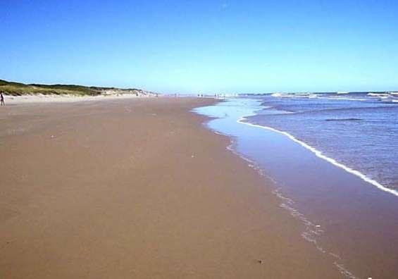 A unos 400 metros de hermosa playa